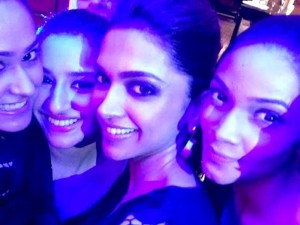 deepika-selfie-with-fans